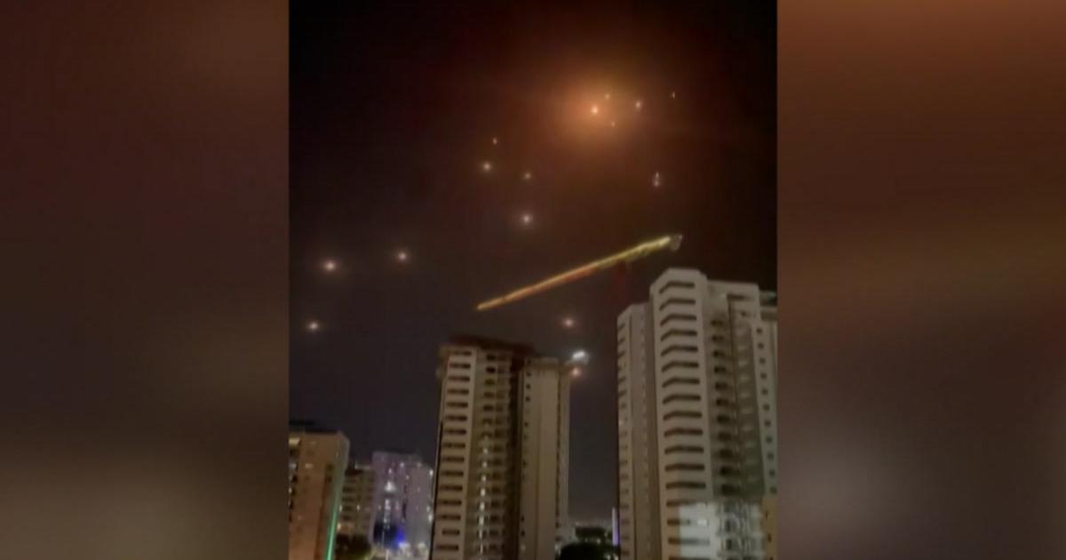 Rettegnek, rakéták elől menekülnek